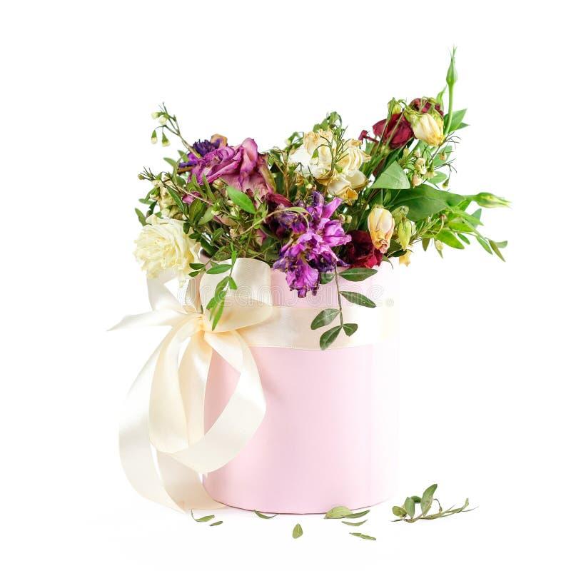 Zusammensetzung von Trockenblumen in einem rosa Hatbox Gebunden mit breitem wh lizenzfreie stockfotos