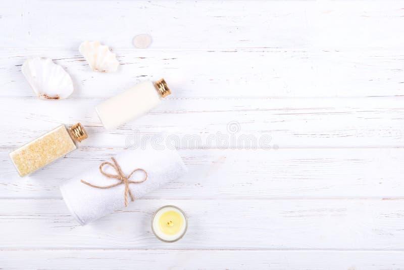 Zusammensetzung von verschiedenen Badekurort-, Schönheits- und Wellnessprodukten auf weißem hölzernem Hintergrund stockfotografie