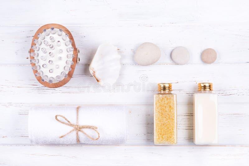 Zusammensetzung von verschiedenen Badekurort-, Schönheits- und Wellnessprodukten auf weißem hölzernem Hintergrund stockfoto