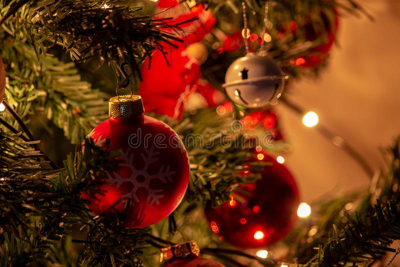 Zusammensetzung von Weihnachten mit Dekoration des Weihnachtsbaums in einer Atmosphäre von Weihnachten stockfoto