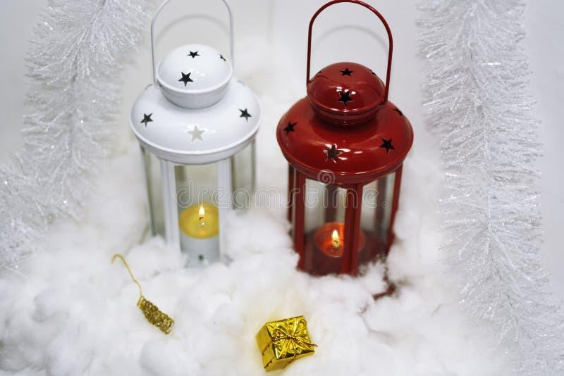 Zusammensetzung von Weihnachtslichtern im Schnee lizenzfreie stockfotos