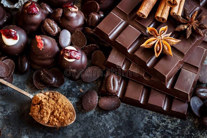 Zusammenstellung der Dunkelheit und des Milchschokoladestapels, Bonbons lizenzfreies stockfoto
