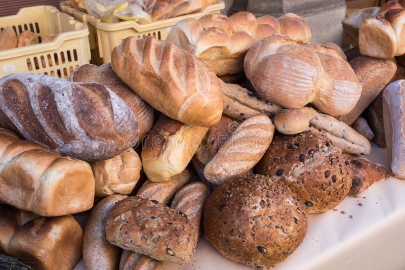 Zusammenstellung des Brotes im Shop Unterschiedliches frisches Brot auf Markt lizenzfreie stockfotos