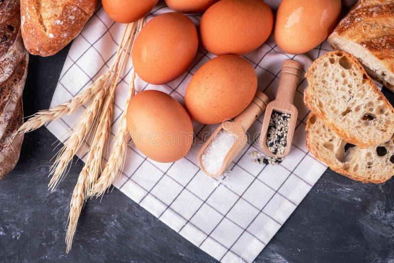 Zusammenstellung des frischen Brotes Gesundes selbst gemachtes Brot stockbild