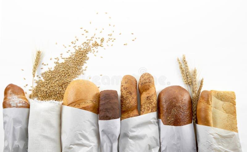Zusammenstellung des frischen Brotes lokalisiert auf Weiß lizenzfreie stockfotografie