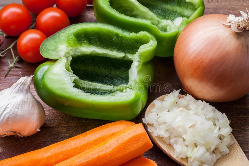 Zusammenstellung des Frischgemüses auf einer Holztisch-/Suppenvorbereitung stockbilder