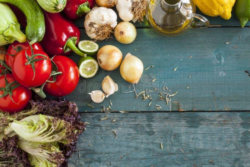 Zusammenstellung des Frischgemüses auf hölzernem Hintergrund stockfotografie