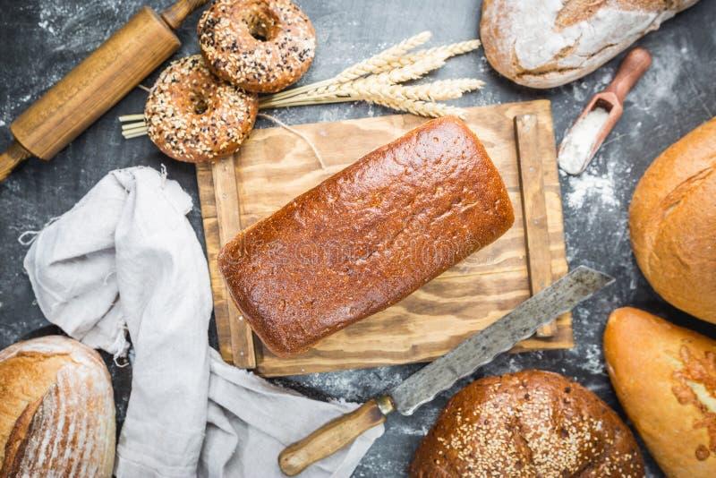 Zusammenstellung des gebackenen Brotes stockfotos