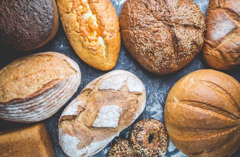 Zusammenstellung des gebackenen Brotes stockbild
