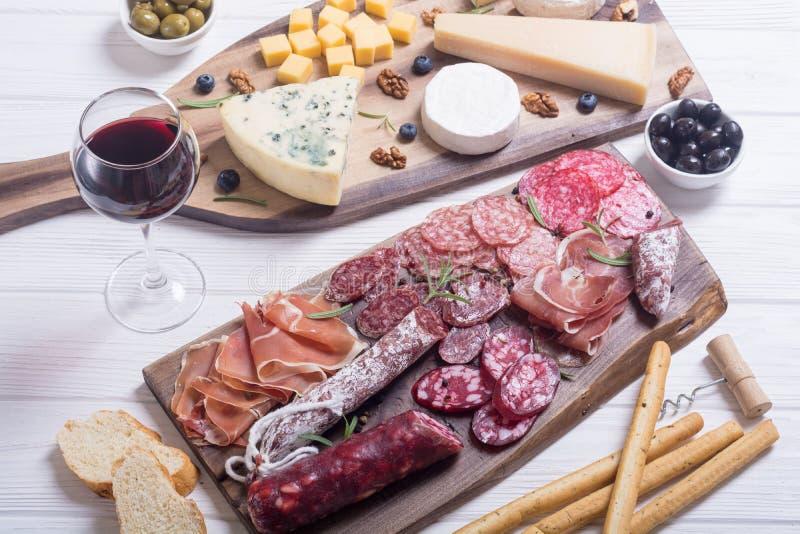 Zusammenstellung des Käses und der Würste lizenzfreie stockbilder