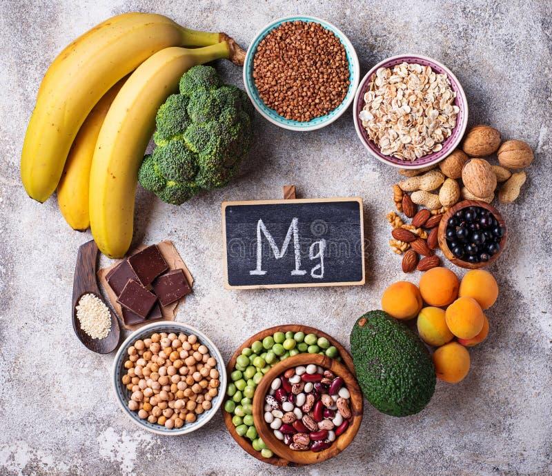 Zusammenstellung des Lebensmittels Magnesium enthalten stockbild