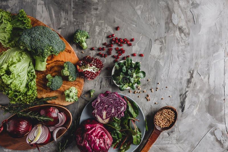 Zusammenstellung des neuen Biobauergemüselebensmittels für das Kochen von Pflanzenkost und von Nahrung des strengen Vegetariers stockfoto