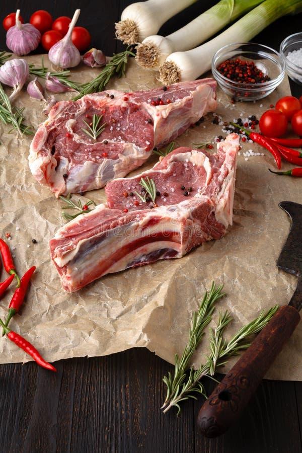 Zusammenstellung des rohen Fleisches - Rindfleisch, Lamm, Huhn auf einem hölzernen Brett lizenzfreie stockfotos
