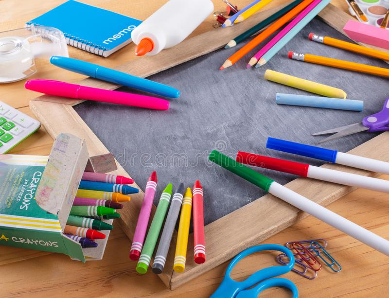 Zusammenstellung des Schulbedarfs auf einer Tafel stockfotografie