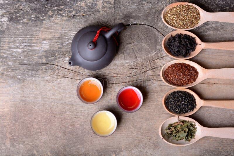 Zusammenstellung des trockenen Tees stockbild