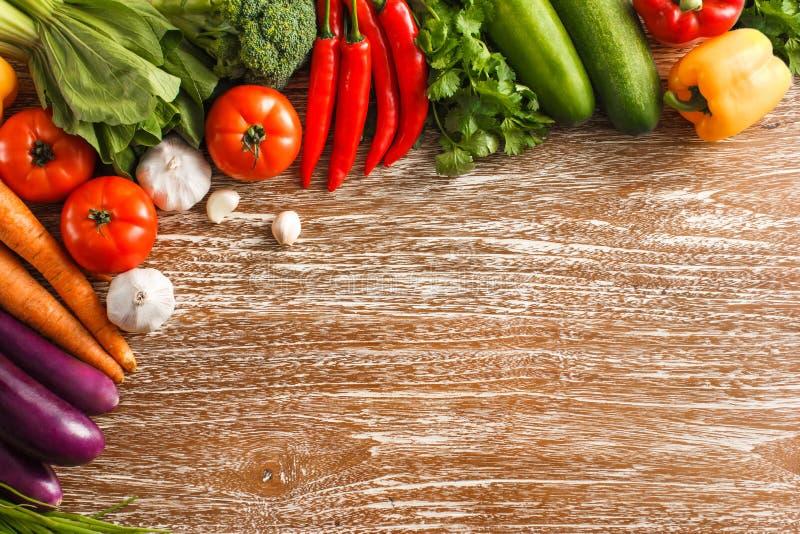 Zusammenstellung des verschiedenen Frischgemüses auf rustikalem Holztisch lizenzfreie stockfotos