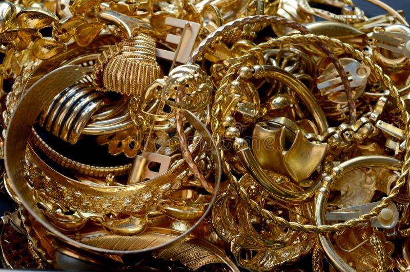 Zusammenstellung des wieder hergestellten Goldschmucks stockbild