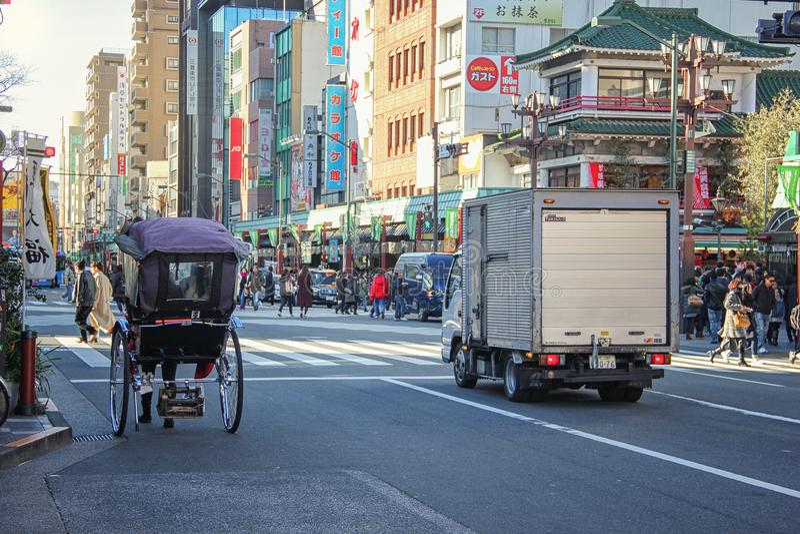 Zusammenstellung von altem und von modernem in Asakusa stockfotos