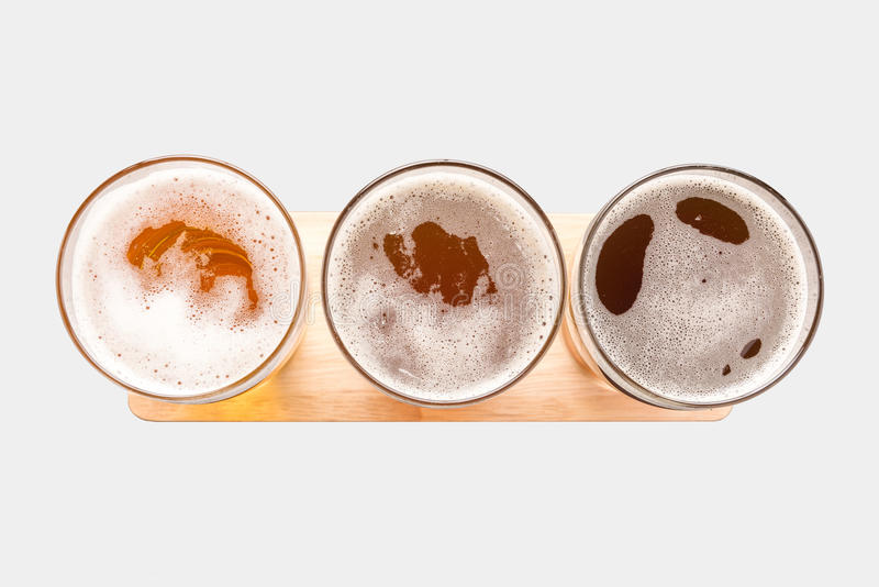 Zusammenstellung von Biergläsern auf weißem Hintergrund Spitze konkurrieren stockbild
