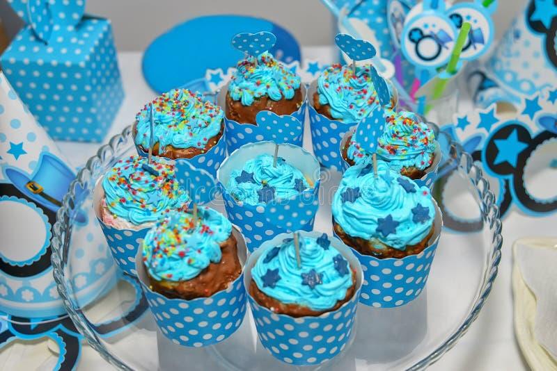 Zusammenstellung von bunten kleinen Kuchen lizenzfreie stockbilder