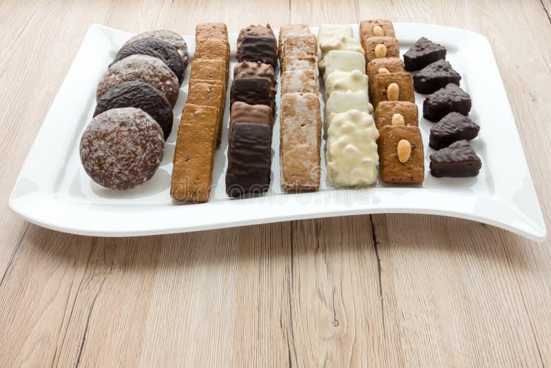 Zusammenstellung von deutschen Lebkuchen auf weißer Platte lizenzfreies stockfoto