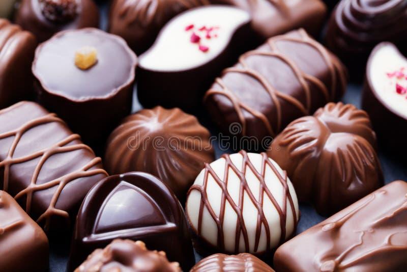 Zusammenstellung von feinen Pralinen, von Weiß, von Dunkelheit und von Milchschokolade Bonbonhintergrund lizenzfreie stockfotos