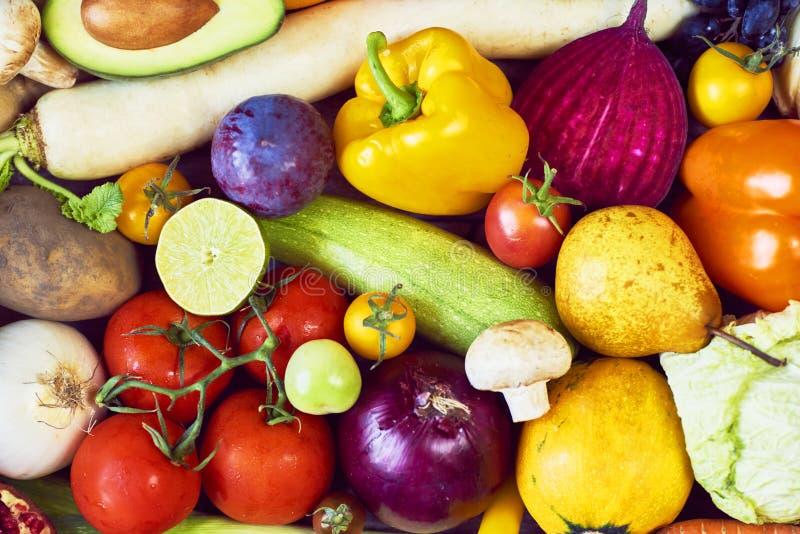 Zusammenstellung von frischen Obst und Gemüse von Beschneidungspfad eingeschlossen lizenzfreies stockbild