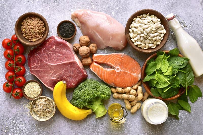 Zusammenstellung von gesunden Proteinquellen und von Body Building-Nahrung: Fleisch, Fische, Früchte, Gemüse, Hülsenfrüchte, Nüss stockbilder