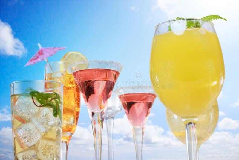 Zusammenstellung von Getränken über blauem Himmel stockfotos