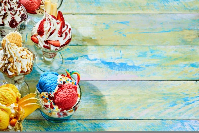 Zusammenstellung von italienischen Eiscremeeiscremebechern stockbilder