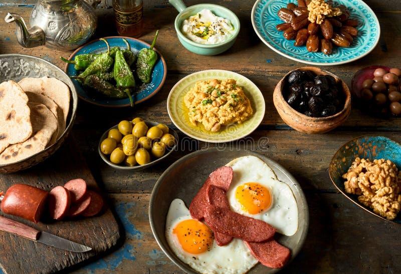 Zusammenstellung von köstlichen arabischen und türkischen Frühstücksplatten lizenzfreies stockbild