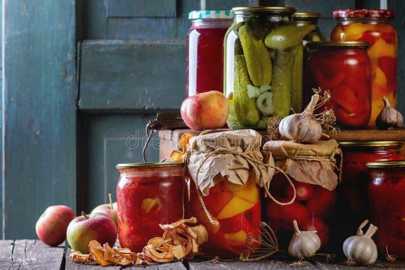 Zusammenstellung von Lebensmittelkonserven lizenzfreie stockfotos