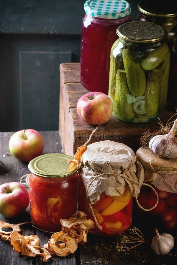Zusammenstellung von Lebensmittelkonserven lizenzfreie stockbilder