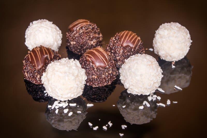 Zusammenstellung von PralinenMilchschokolade Bonbon und von Schokoladenhintergrund stockfoto