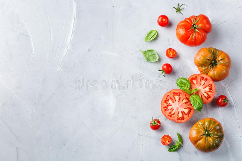 Zusammenstellung von roten Tomaten des reifen Biobauern auf einer Tabelle lizenzfreie stockfotos