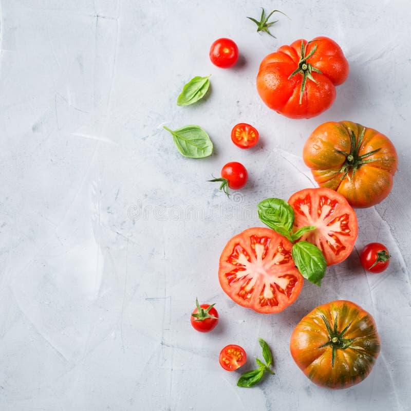 Zusammenstellung von roten Tomaten des reifen Biobauern auf einer Tabelle stockbilder