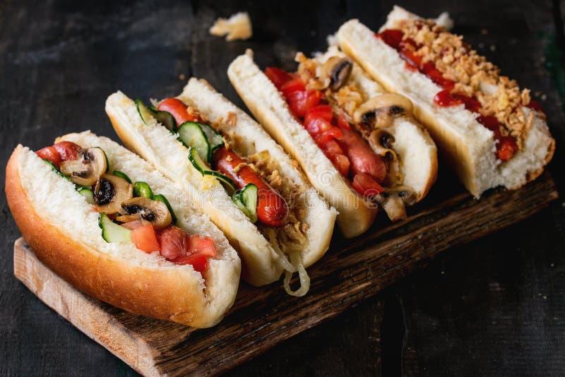 Zusammenstellung von selbst gemachten Hotdogen stockfotografie