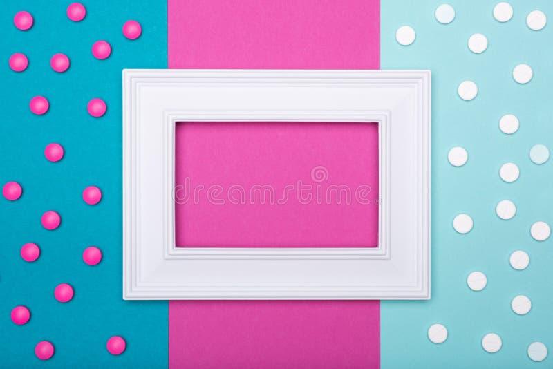 Zusammenstellung von verschiedenen bunten Pillen auf Pastell färbte Hintergrund Medikation und Verordnungspillenebenenlage vektor abbildung