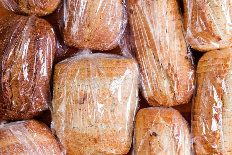 Zusammenstellung von verschiedenen geschnittenen Brotlaiben stockfotografie