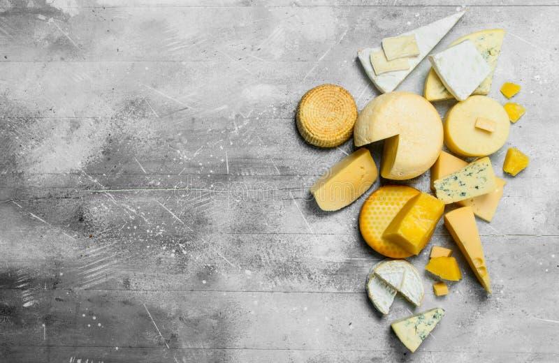 Zusammenstellung von verschiedenen Käsen stockfotografie