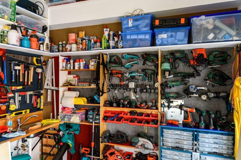 Zusammenstellung von Werkzeugen in der Werkzeug-Hallen-Werkstatt lizenzfreie stockfotografie