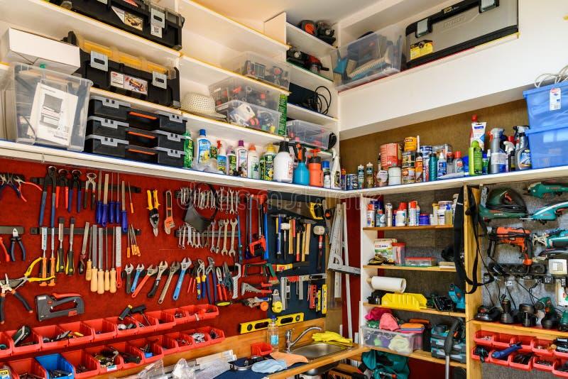 Zusammenstellung von Werkzeugen in der Werkzeug-Hallen-Werkstatt stockbilder