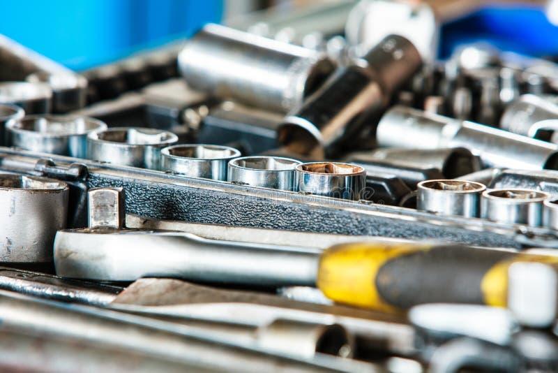 Zusammenstellungsausrüstung justierbare metallische Werkzeuge in der Mechanikergarage stockfotografie