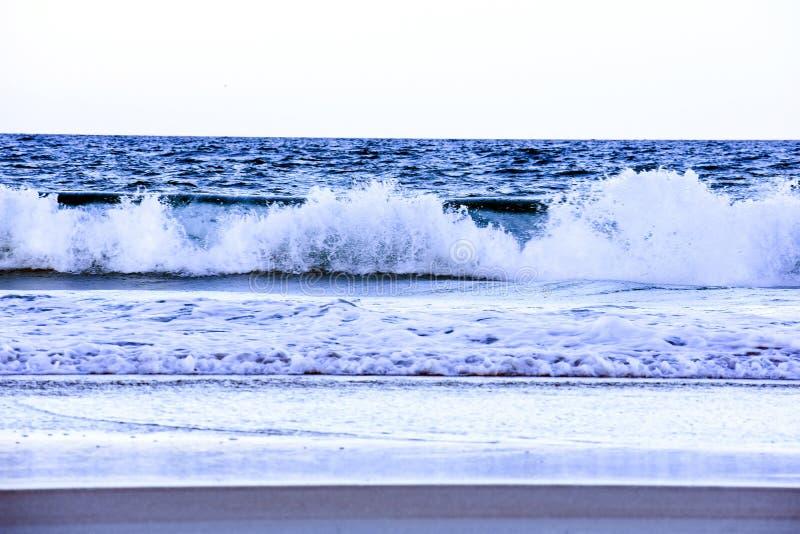 Zusammensto?ende blaue Wellen entlang der K?ste von Florida-Str?nden in Ponce-Einlass und in Ormond-Strand, Florida stockfoto