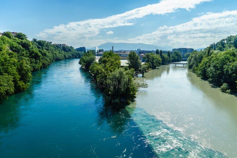 Zusammenstoßende Flüsse in Genf stockbilder