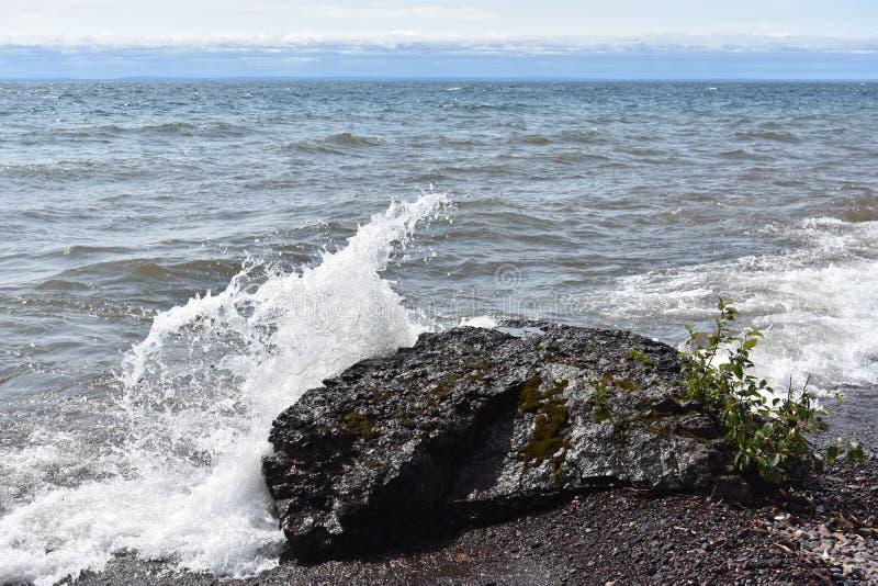 Zusammenstoßende Wellen haben Schiffe genommen stockfoto