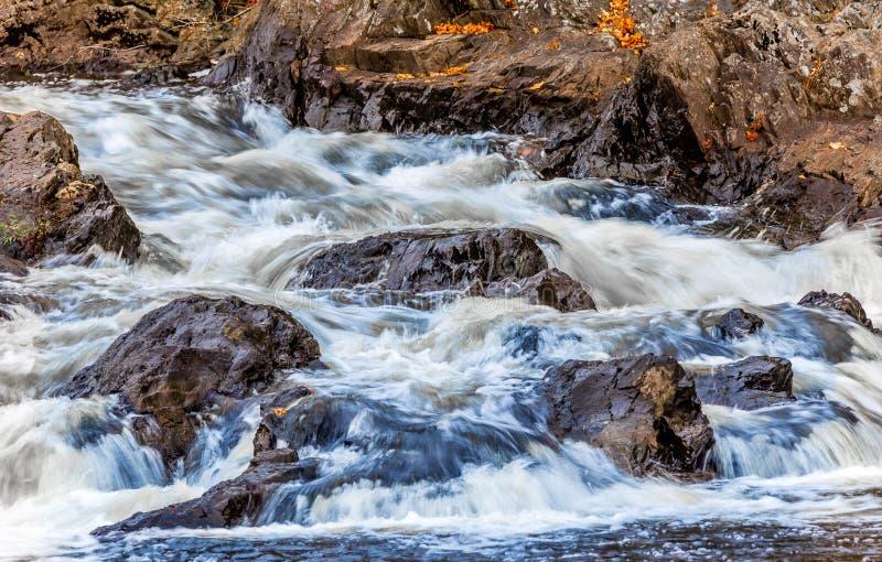 Zusammenstoßendes Wasser im Strom stockfotos