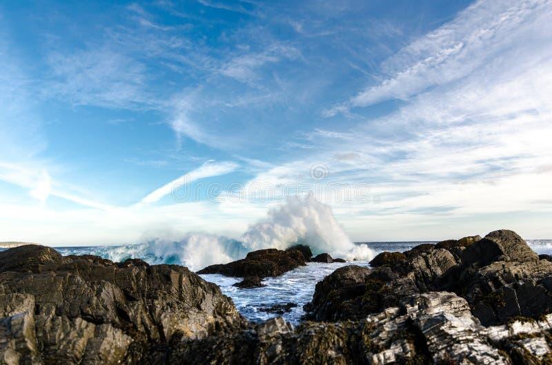 Zusammenstoßendes Wellenspritzen, Atlantik Neufundland stockfoto