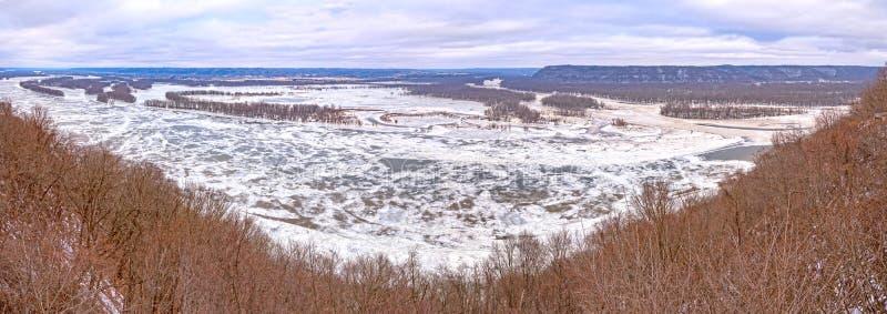 Zusammenströmen der Flüsse Wisonsin und Mississipi im Winter lizenzfreies stockfoto