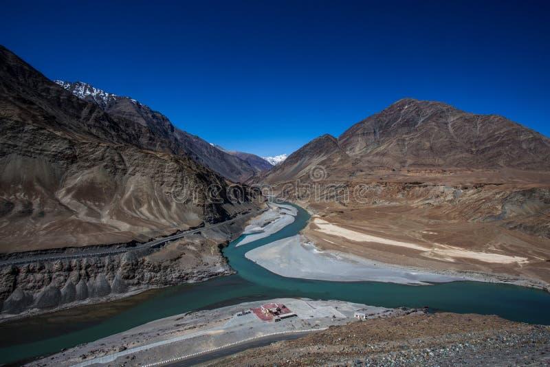 Zusammenströmen von Flüssen Sindhu (Indus) und Zanskar nahe Leh, Ladakh lizenzfreies stockbild